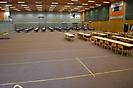 Die Sporthalle wird mit Tischen bestückt